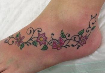 fiori e scritte sulla pelle le rose